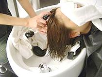 頭皮の美容液をつけます。